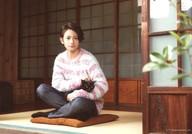 橋本祥平/横型・全身・衣装白・ピンク・座り・両手猫/写真展「ねこ男子」個人ブロマイド