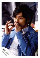 関ジャニ∞/錦戸亮/バストアップ・衣装青・白・ハーモニカ・視線左/公式生写真