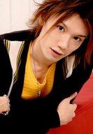KENN/バストアップ・衣装黒・黄色・見上げ・首傾げ・赤/「KENN ファン感謝トークライブ」公式生写真