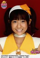 スマイレージ/和田彩花/バストアップ・衣装白・黄色・歯見せ・背景赤/しゅごキャラエッグ!