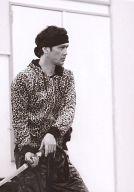 加藤雅也(カンベエ)/膝上・衣装豹柄・体右向き・両手刀・モノクロ仕様・私服ショット/舞台「SAMURAI 7 2012」劇場限定販売生写真