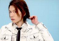 KENN/横型・バストアップ・衣装白・ネクタイ黒・左手髪・背景水色/「KENN ファン感謝トークライブ」公式生写真