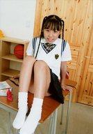 正木琴菜/全身・座り・制服・膝立て・机の上/DVD「マスカット」特典生写真