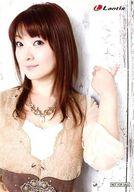 AiRI/上半身・衣装ベージュ・白・茶色・左手上げ・顔左向き・背景白/CD「Puzzle」特典生写真