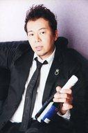 神奈延年/上半身・座り・衣装黒白・ネクタイ・左手瓶・ポストカードサイズ/『39th ANNIVERSARY SPECIAL「密会」』グッズ生写真