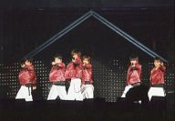 V6/集合(6人)/ライブフォト・横型・膝上・衣装赤・左手マイク・背景黒・枠無し/公式生写真
