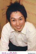 フルーツポンチ/亘健太郎/上半身・衣装白・両手前・前屈み・背景茶色・ポストカードサイズ/ルミネtheよしもと/公式生写真
