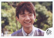 光GENJI/内海光司/横型・顔アップ・衣装グレー白・笑顔・目線右・背景緑/公式生写真