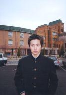 友井雄亮 (牧山雄亮)/上半身・学ラン黒・背景建物/公式生写真