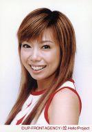 太陽とシスコムーン/稲葉貴子/バストアップ・衣装白.赤・左向き・カメラ目線・笑顔/公式生写真