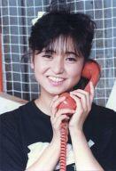 おニャン子クラブ/永田ルリ子/バストアップ・衣装黒白・両手受話器・背景グレー/公式生写真