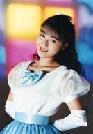 楽天使/田山真美子/上半身・衣装白・リボン水色・両手後ろ・左向き/公式生写真