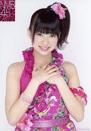 小笠原茉由/上半身・衣装ピンク・両手胸元/公式生写真