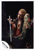 KAT-TUN/田中聖/全身・座り・袖無し衣装黒・金のネックレス・インナー赤・右手剣/公式生写真