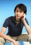 片岡信和/シャツ黒・座り・左手顔・背景水色・ポストカードサイズ/生写真