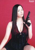 田中理恵/衣装黒・左手銃・背景赤/公式生写真
