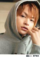 D-BOYS/瀬戸康史/バストアップ・衣装グレーのパーカー・フード被り・左手指輪/公式生写真