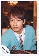 KAT-TUN/中丸雄一/バストアップ・カーディガン水色・シャツ白・室内/公式生写真