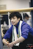 少年隊/東山紀之/衣装青・タオル白・座り・左向き・鉛筆・2L版/PLAYZONE2006 Change
