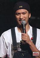TOKIO/長瀬智也/ライブフォト・バストアップ・衣装白黒・左手マイク・帽子・枠無し/TOKIO Summer Live '08 SUGAR