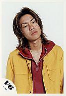 V6/森田剛/上半身・ジャケット黄色・インナーパーカー赤・目線右・背景白/公式生写真