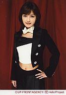 石川梨華/衣装黒・左手腰・白いリボンタイ・背景赤/公式生写真