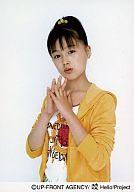 久住小春/腰上・指絡め・体横向き・白シャツ・黄パーカー/公式生写真