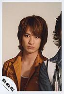 Kis-My-Ft2/宮田俊哉/バストアップ・オレンジ色ジャケット・赤色インナー・隣にメンバー・背景白/公式生写真