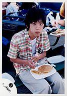 ジャニーズJr./二宮和也/膝上・座り・膝の上に食べ物・フォーク・ナイフ・衣装チェック柄/公式生写真