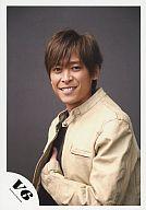 V6/坂本昌行/上半身・ベージュジャケット・左手服の中/公式生写真