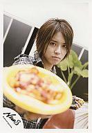 NEWS/手越祐也/衣装チェック柄・黄色い皿・左手フォーク/公式生写真