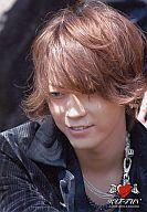 KAT-TUN/亀梨和也/バストアップ・目線下・衣装黒・ハートマークのロゴ・枠無し/公式生写真
