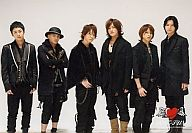 KAT-TUN/集合(6人)/横型・膝上・衣装黒・田中帽子被り・腕組み・背景白・ハートマークのロゴ・枠無し/公式生写真