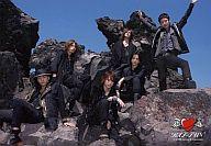 KAT-TUN/集合(6人)/横型・全身・衣装黒・野外・岩場・中丸両手上げ・ハートマークのロゴ・枠無し/公式生写真