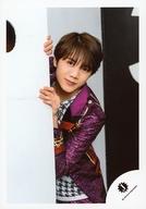 7 MEN 侍/佐々木大光/膝上・衣装紫・白・壁から覗き込み・両手壁・左向き/「ジャニーズ銀座2019 Tokyo Experience」グッズオフショット/公式生写真