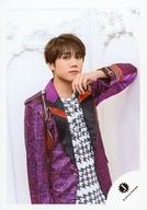 7 MEN 侍/佐々木大光/膝上・衣装紫・白・左手顎・右向き・背景白/「ジャニーズ銀座2019 Tokyo Experience」グッズオフショット/公式生写真