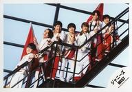 ジャニーズWEST/集合(7人)/横型・全身・階段・衣装白・赤・旗・カメラ目線/シングル「Big Shot!!」MVオフショット/公式生写真