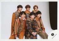 7 MEN 侍/集合(6人)/横型・膝上・衣装茶色・チェック柄・右向き・手前3人座り・背景白/「Johnnys' ISLAND」グッズオフショット/公式生写真