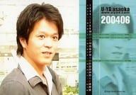 浅岡雄也/横型・バストアップ・右向き・衣装グレー・白・カレンダー「2004年6月」/公式生写真