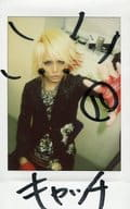 "☆ Douut / Koki / written message ""catch"" · upper body · sitting · costume black · left hand par · stretch · background white / raw Cheki"