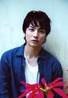 "Wada Takuma / upper body · costume blue · white · both hands down · flowers in the foreground · background gray / movie ""Sea Opening Sea opening"" advance ticket Animate bonus raw photos"