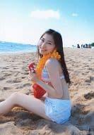 大矢真那/膝上・座り・水着水色紫白・体左向き・砂浜/写真集「海外旅行日記 3 ハワイはハワイ」会場限定生写真