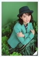 西野七瀬/膝上・しゃがみ・衣装緑・帽子・腕組み・体右向き・周りに花・背景緑/「西野七瀬 卒業」ランダム生写真