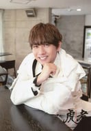 Travis Japan/中村海人/上半身・衣装白・両手テーブル・歯見せ/「虎者 -NINJAPAN-」オリジナルフォト