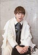 Travis Japan/中村海人/膝上・衣装白・椅子跨ぎ・口開け/「虎者 -NINJAPAN-」オリジナルフォト